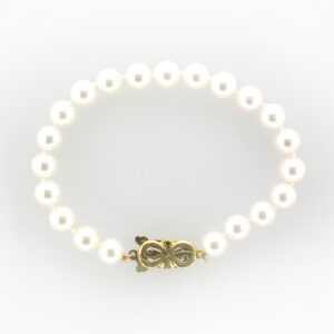 This seven inch bracelet is made up of 7 to 7.5 millimetre pearls.